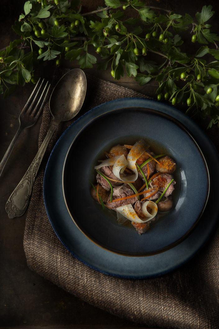 Bocconcini di filetto scottati, brodo di castagne, asparagi bianchi e polvere d'arancia