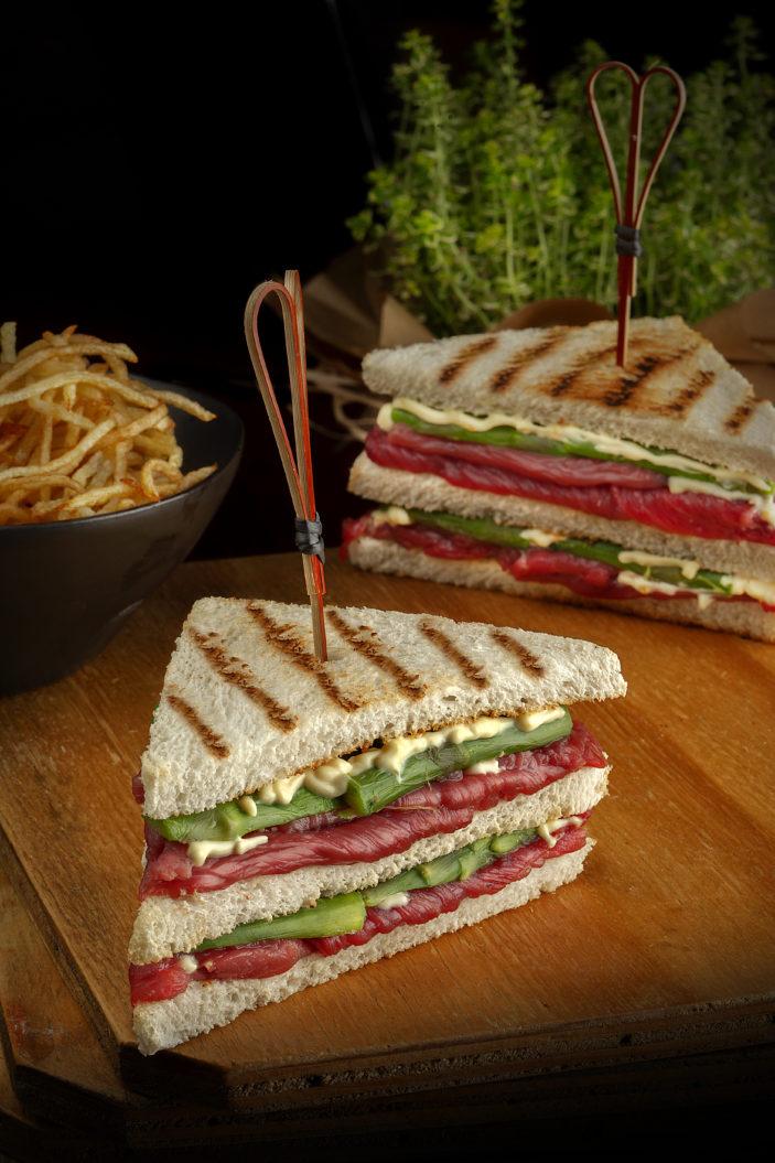Sandwich con controfiletto marinato, asparagi e patate fiammifero